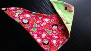 pink farbenes Wendehalstuch mit Erdbeeren und Erdbeermädchen - die Rückseite ist in grün mit Hunden - Handarbeit kaufen