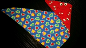 Herz-Wendehalstuch mit vielen Herzen - die Rückseite ist in rot mit Smileys - Handarbeit kaufen