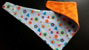 Herz-Wendehalstuch mit vielen bunten Herzen und Blumen - die Rückseite ist orange mit Blumen - Handarbeit kaufen