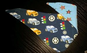 blaues Wendehalstuch mit Autos. Ampeln und Felgen - die Rückseite ist in hellblau mit Sternen