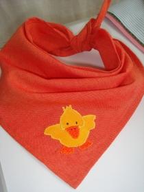 orangenes Dreieckstuch mit einer applizierten Ente