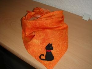 orangenes Dreieckstuch mit einer applizierten schwarzen Katze