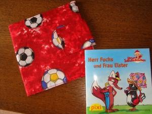 rote Pixibuchhülle für Jungs mit ganz vielen Fußbällen - Handarbeit kaufen