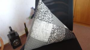 gepatchtes Dreieckskissen in schwarz / grau / beige aus Patchworkstoffen