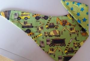 grünes Fahrzeug-Wendehalstuch - die Rückseite ist mit Sternen