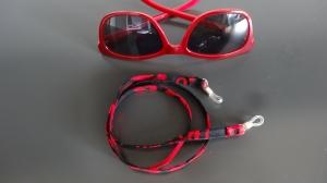 rot-schwarz gemustertes Brillenband mit mehr schwarz Anteil