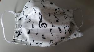 weiße Gesichtsmaske mit vielen Noten und anderen Musikzeichen, doppellagig aus Baumwolle