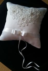 weißes Ringkissen aus Satinstoff mit Spitze, Perlen und Pailetten - Handarbeit kaufen