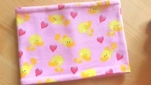 rosa Schlauchschal mit Enten und Herzen, Innenseite ist Fleece, Durchmesser 52 cm - Handarbeit kaufen