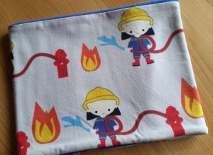 grauer Schlauchschal mit Feuerwehrmännern, Innenseite ist Fleece, Durchmesser 51 cm  - Handarbeit kaufen