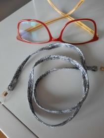 hellgrau gemustertes Brillenband, ob für Sie oder Ihn - Handarbeit kaufen