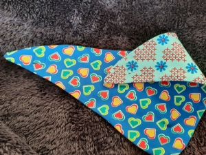 Herz-Wendehalstuch mit vielen Herzen - die Rückseite ist in hellblau mit Blumen und Stichen als Herzen - Handarbeit kaufen