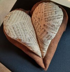 braunes Nackenentspannungs-Herzkissen für Musik-Liebhaber - Handarbeit kaufen