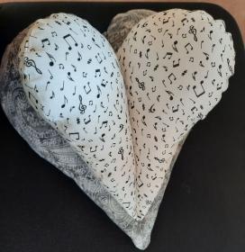 Nackenentspannungs-Herzkissen aus weißem Musik-Noten-Stoff  - Handarbeit kaufen