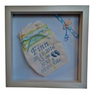 Bestickte Windel im Rahmen, Geburtsdatenbild, Geschenk zur Taufe oder Geburt, Windelrahmen