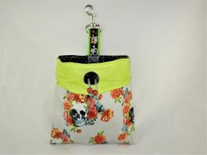 Leckerli-Beutel Skulls and Flowers wasserabweisend  abwischbar  Leckerlitasche Kotbeutel Tasche Leckerlitäschchen Tasche für Hundeleckerlie - Handarbeit kaufen