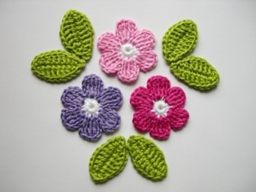 Häkelapplikation, große Blumen mit Blättern