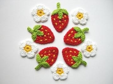 Häkelapplikation, Erdbeeren mit gelben Punkten und Blüten