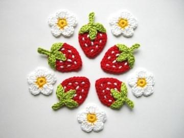 Häkelapplikation, Erdbeeren mit weißen Punkten und Blüten