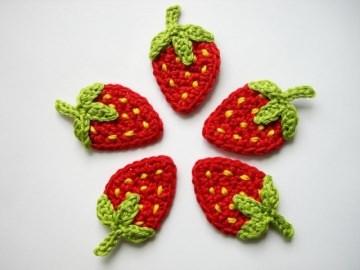 Häkelapplikation, Erdbeeren mit gelben Punkten