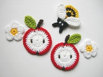 Häkelapplikation, Häkelset mit zwei Äpfeln, Biene und Blüten