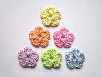 Häkelapplikation, kleine Blumen