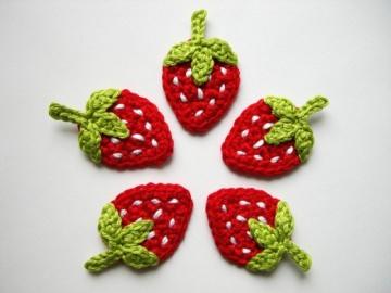 Häkelapplikation, fünf Erdbeeren mit weißen Punkten