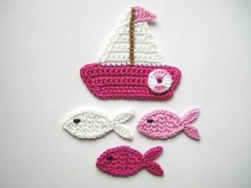 Häkelapplikation, Segelboot mit mittelgroßen Fischen