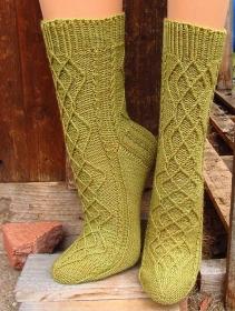 Handgestrickte Socken, Gr. 39/40, aus handgefärbter Wolle, mit außergewöhnlichem Zopf- und Zugmaschenmuster, von Schwarzwaldmaschen - Handarbeit kaufen