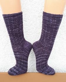 Handgestrickte Socken, Gr. 42/43, aus handgefärbter Wolle, mit kleinem Zopfmuster, von Schwarzwaldmaschen - Handarbeit kaufen