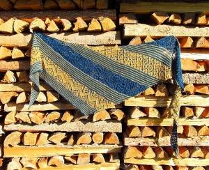 Großes Dreieckstuch/Schultertuch, 230 x 62 cm, 100% Merinowolle extrafine, asymmetrisch, gestrickt, von Schwarzwaldmaschen - Handarbeit kaufen