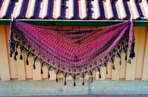 Häkeltuch mit Quasten, 182 x 73 cm, symmetrisch, weiche Baumwollmischung, Halbrundform, von Schwarzwaldmaschen - Handarbeit kaufen