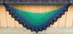 Schultertuch gestrickt, 184 x 68 cm, halbrund, Halbmondform, in herrlichem Farbverlaufsgarn, weiche Baumwollmischung, von Schwarzwaldmaschen - Handarbeit kaufen