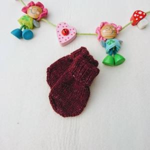 kuschelweiche Babyhandschuhe aus GOTS Merinowolle in bordeau   - Handarbeit kaufen