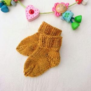 kuschelweiche Babysocken aus GOTS Merinowolle in senfgelb - Handarbeit kaufen