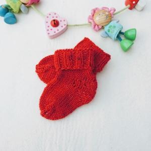 kuschelweiche Babysocken aus GOTS Merinowolle in rot - Handarbeit kaufen
