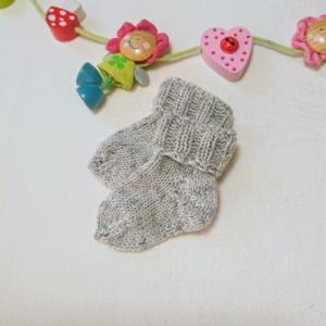 kuschelweiche Babysocken aus GOTS Merinowolle in hellgrau - Handarbeit kaufen