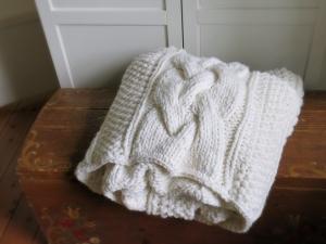 Alpenglück die Decke * Strickdecke * Zopfmusterdecke im Landhausstil - Handarbeit kaufen