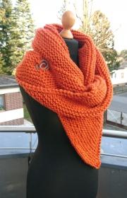 SONDERANFERTIGUNG dickes Schultertuch * Stola * Tuch * Stricktuch * Wolltuch * Mittelalter * in orange mit Schließe - Handarbeit kaufen