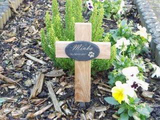 kleines Grabkreuz aus Eiche mit graviertem Schieferschild