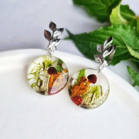 Ohrringe mit Pilzen und Waldpflanzen