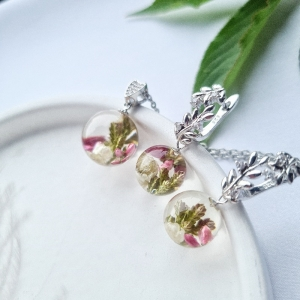 Schöne Ohrringe und Anhänger mit Blumen - Handarbeit kaufen
