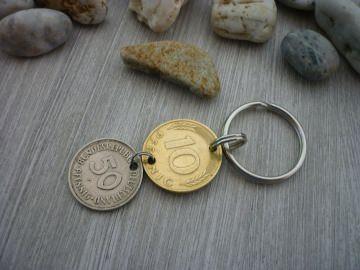 Schlüsselanhänger aus einem Groschen und einem 50-Pfennig-Stück