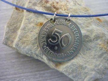 blauer Halsreif  mit einem alten 50-Pfennig-Stück als Anhänger runder Geburtstag