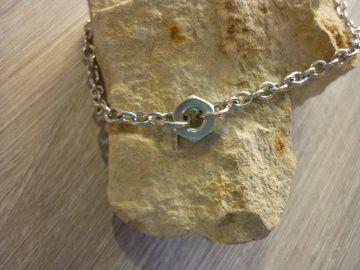 Armband 'Mutter'  aus Edelstahl mit einer Mutter als Zwischenstück - Handarbeit kaufen
