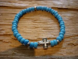 Handgemachtes Perlenarmband mit blauen Rocailles und einem Kreuz - Handarbeit kaufen