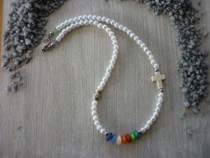 Kinderkette Kommunion / Konfirmation mit Howlithkreuz, Metallfisch und bunten Perlen - Handarbeit kaufen