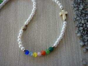 Kinderkette zur Kommunion / Konfirmation mit Howlithkreuz, Metallfisch und bunten Perlen - Handarbeit kaufen