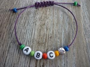 Handgemachtes filigranes Kinderarmband 'ABC' mit Smiley-Perle zur Einschulung - Handarbeit kaufen