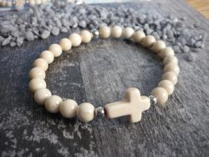 Handgemachtes elastisches Armband aus Flussteinperlen - mit einem Howlithkreuz - Handarbeit kaufen